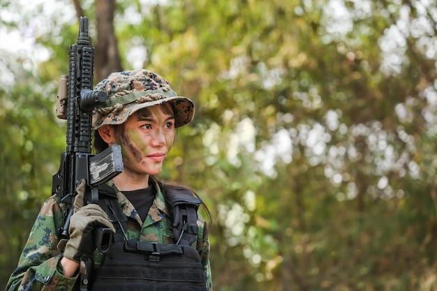 Guardabosques del ejército de tailandia durante la operación militar