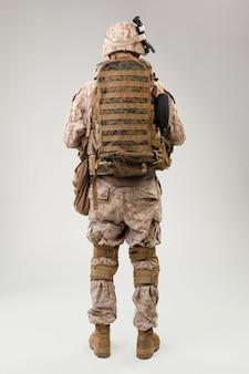 Guardabosques de la marina del ejército de los estados unidos con rifle de asalto