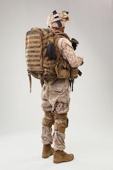 Guardabosques de los marines del ejército de los estados unidos con rifle de asalto