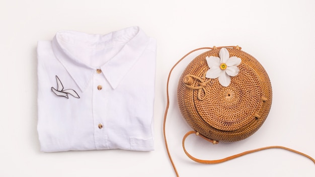 Guardarropa de verano minimalista para mujer - bolso de paja y camisa de lino
