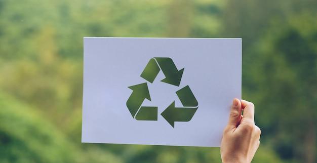 Guarde el concepto de ecología mundial conservación del medio ambiente con las manos sosteniendo recortar papel reciclado mostrando