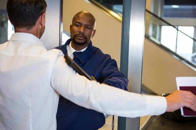 Guardia de seguridad cacheando a un pasajero