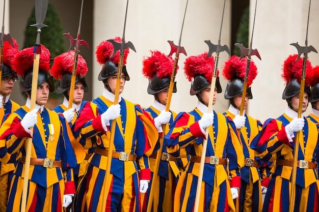 Guardia suiza papal en uniforme