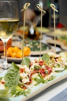 Guarnición con pimientos queso rallado y verduras