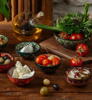 Guarniciones para el almuerzo en cuencos pequeños con patrones tradicionales.