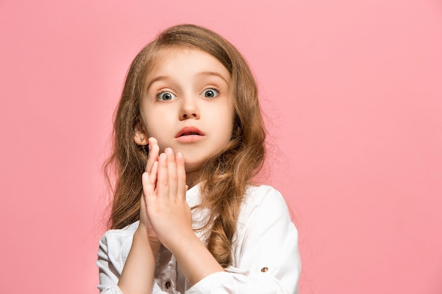 Guau. hermoso retrato frontal femenino aislado en la pared rosa. muchacha adolescente sorprendida emocional joven. las emociones humanas, el concepto de expresión facial.