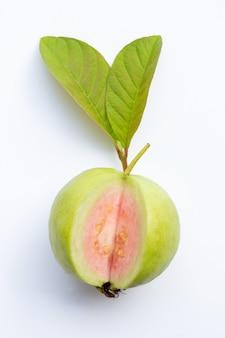 Guayaba fresca madura con hojas en blanco