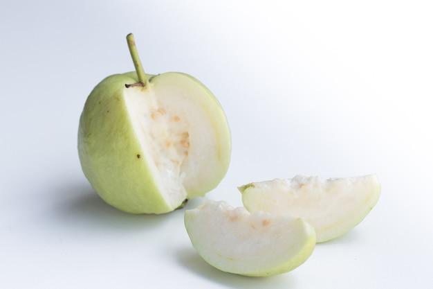 Guayaba fresca sobre fondo blanco