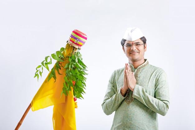 Gudi padwa marathi año nuevo, joven indio que celebra el festival gudi padwa