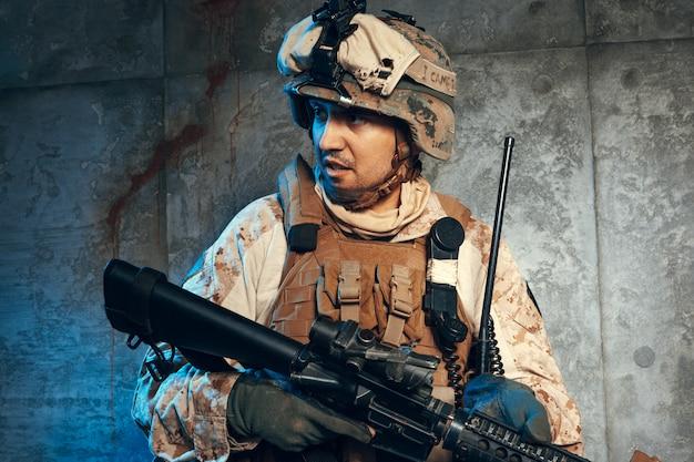 Guerra, ejército, concepto de arma. contratista militar privado con rifle