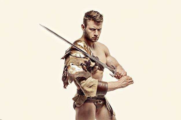 Guerrero musculoso con espada contra de fondo blanco.