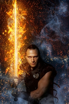 Guerrero solitario con espada de fuego