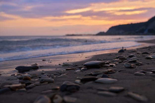 Guijarros en una playa de arena