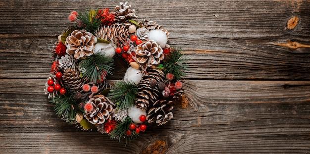 Guirnalda de abeto y adornos navideños de año nuevo
