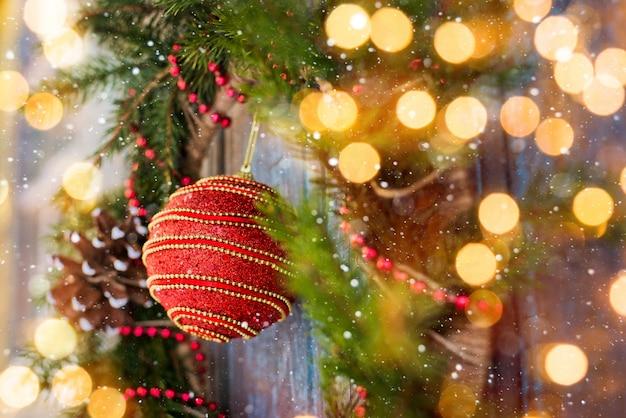 Guirnalda de año nuevo de abeto y decoraciones navideñas.