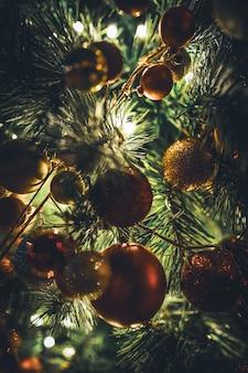Guirnalda de árbol de navidad tradicional con adornos