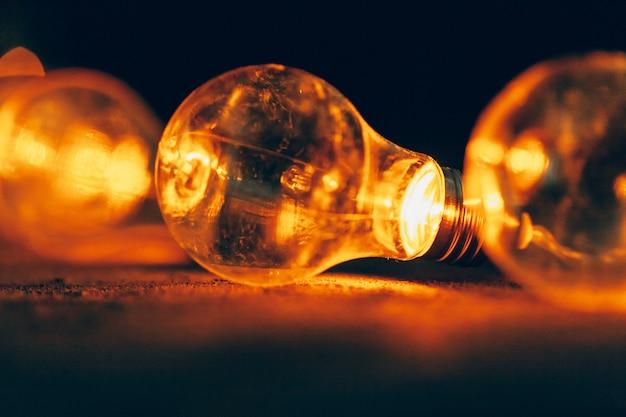 Guirnalda de bombillas de cerca en la oscuridad