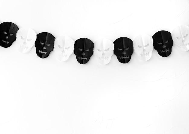Guirnalda del cráneo en la pared blanca