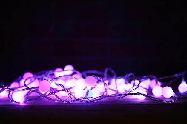 Guirnalda eléctrica púrpura sobre fondo negro