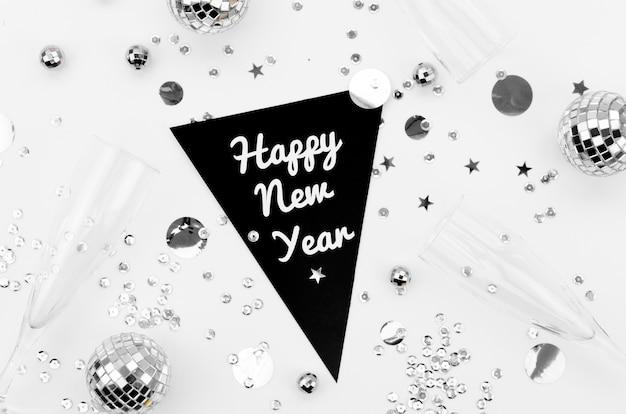 Guirnalda feliz año nuevo con accesorios plateados
