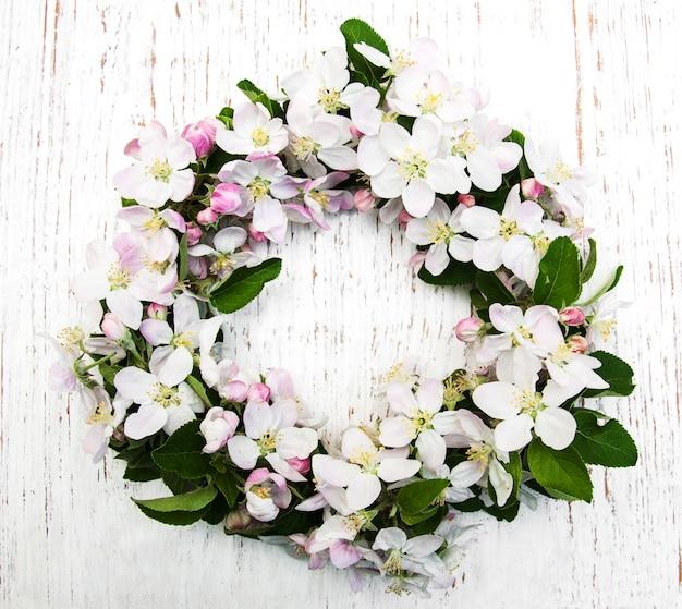 Guirnalda con flores de manzana