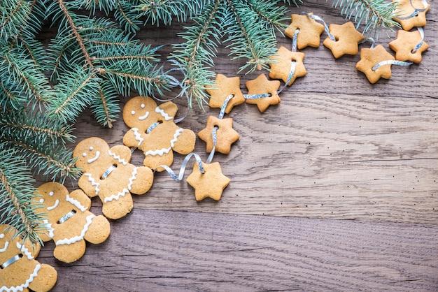 Guirnalda de pan de jengibre con rama de árbol de navidad