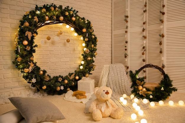 Guirnalda de ramas de abeto con bolas de navidad