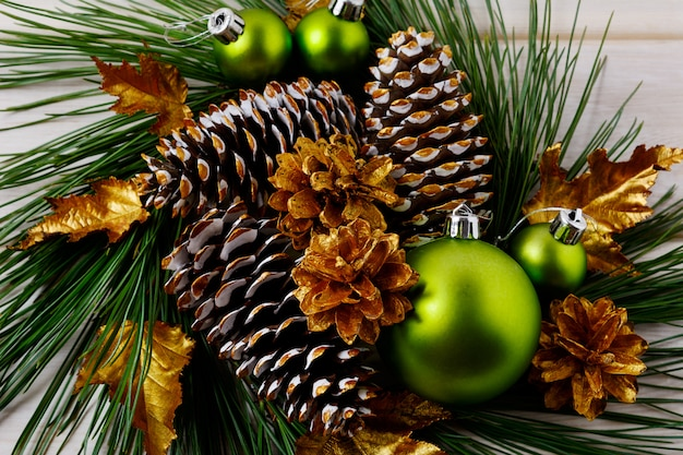 Guirnaldas decoradas conos de pino dorado de navidad