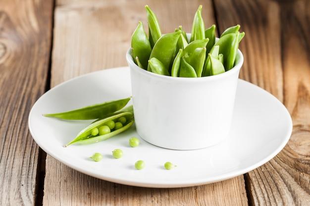 Guisantes verdes en una vaina
