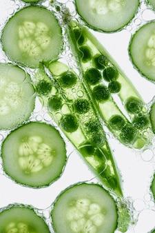 Guisantes verdes y rodajas de pepino
