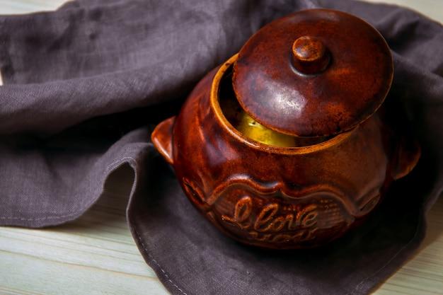 Guisar en una cazuela de barro sobre una tabla de madera.