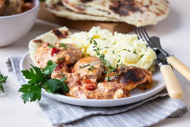 Guiso de pollo con pimentón dulce y crema agria