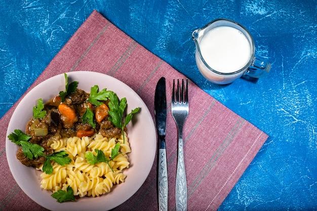 Guiso de ternera con verduras y pasta espiral con verduras.