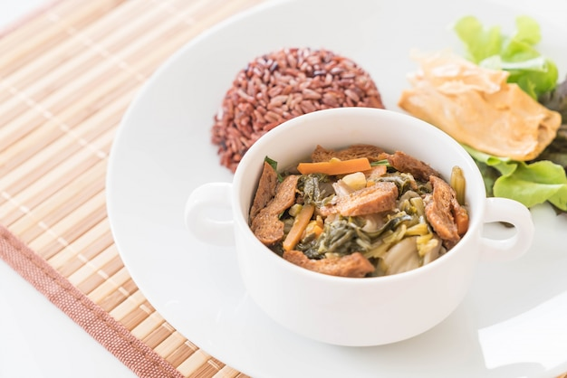 Guiso de vegetales chinos y tofu con arroz de baya