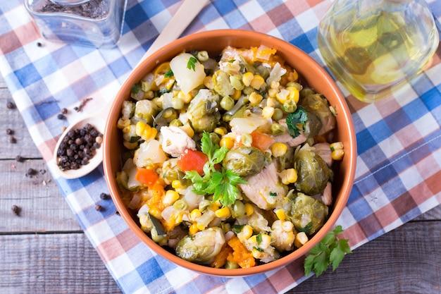 Guiso de verduras verduras guisadas en un plato sobre una mesa de madera antigua
