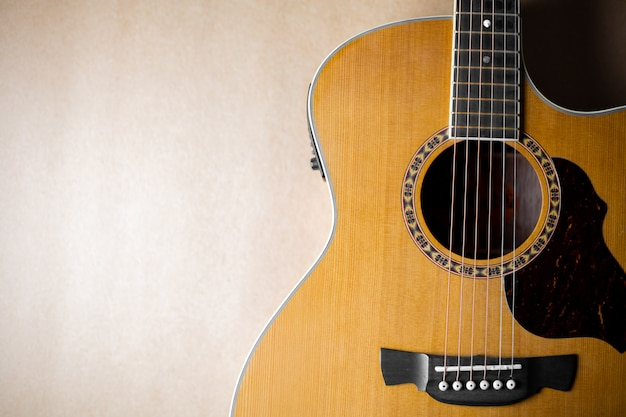 Guitarra acústica clásica y hermosa.
