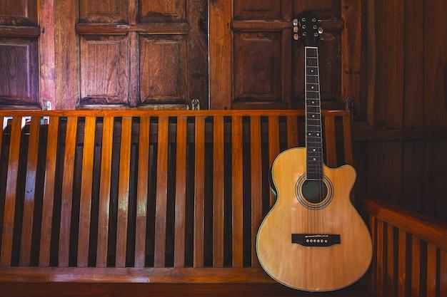 Guitarra acústica colocada sobre suelos de madera.