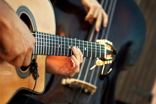 Guitarra acústica con contrabajo en grupo acústico durante un espectáculo