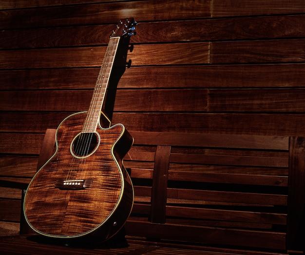 Guitarra acústica marrón en rayas de madera.