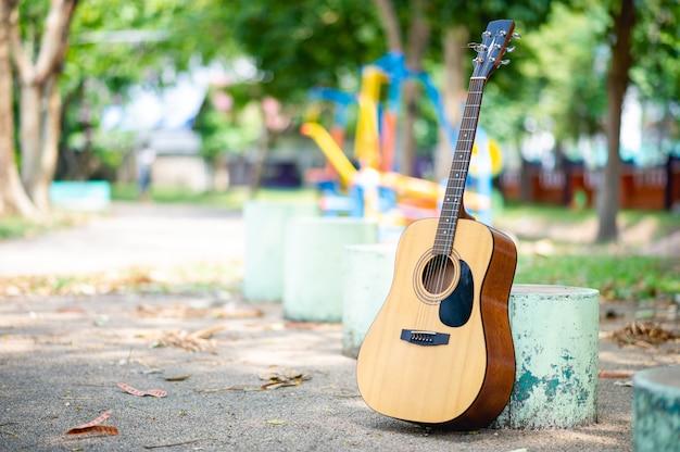 Guitarra acústica en un parque