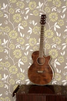 Guitarra acústica retro en pared vintage