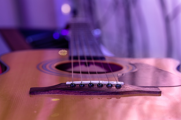 Guitarra acústica sobre un hermoso fondo de color. concepto de instrumentos de cuerda.