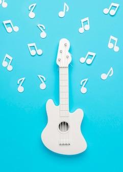 Guitarra blanca con notas musicales