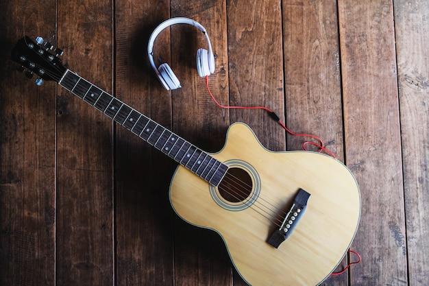 Guitarra clásica y auriculares de música.