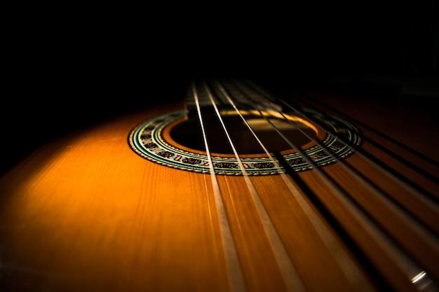 Guitarra clásica con fondo negro