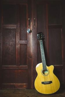 Guitarra clásica sobre fondo de madera vieja