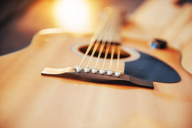 Guitarra clásica sobre un fondo marrón claro