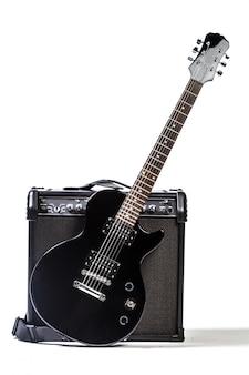 Guitarra eléctrica aislada sobre fondo blanco.