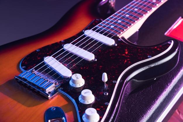 Guitarra eléctrica de alta vista en el escenario