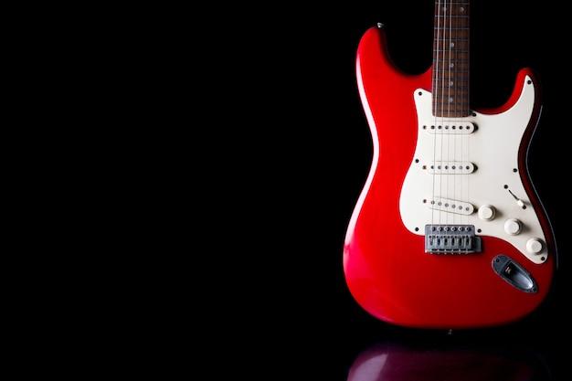 Guitarra eléctrica en fondo negro. espacio libre para texto